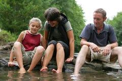 усаживание реки семьи Стоковое Изображение