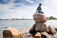 Усаживание статуи девушки Стоковые Фото
