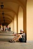 усаживание человека аркады Стоковые Фото