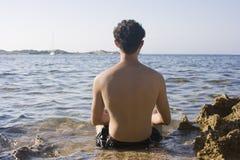усаживание человека пляжа Стоковое фото RF