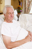усаживание человека стационара кровати старшее Стоковые Фотографии RF
