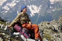 усаживание девушки backpack Стоковые Фотографии RF