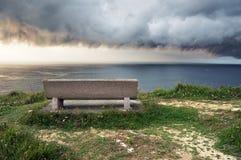 Усадите около моря с штормом Стоковое Изображение RF
