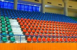 Усадите строки установленные на stedium крытого спорта Стоковая Фотография
