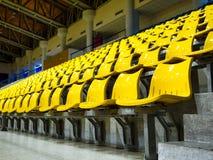 Усадите строки установленные на stedium крытого спорта Стоковая Фотография RF