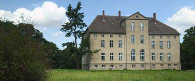 Усадьба, перечисленная как памятник в Alt Plestlin, Mecklenburg-Vorpommern, Германия Стоковая Фотография RF