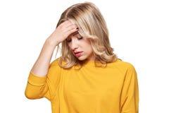 Усиленная вымотанная молодая женщина имея сильную головную боль напряжения Давление и стресс чувства Подавленная женщина с голово стоковые изображения