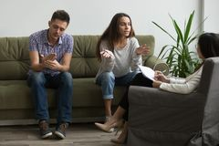 Усиленная жена обсуждая проблемы отношения с психологом Стоковое фото RF
