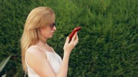 Усиленная женщина говоря на телефоне на улице, имеющ слабонервную боль переговора, чувствовать и головную боль steadicam акции видеоматериалы