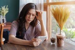 Усиленная женщина используя планшет в café стоковое изображение