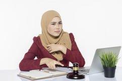 Усиленная работа молодого юриста сидя с ее компьтер-книжкой Владение руки стоковые фотографии rf