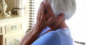 Усиленная старшая женщина покрывая ее сторону с руками сток-видео