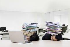 Усиленные бизнесмены сна с обработкой документов Стоковая Фотография RF