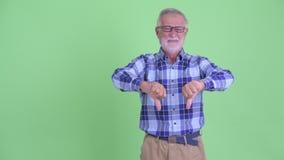 Усиленные пальцы старшего бородатого человека хипстера щелкая и давать большие пальцы руки вниз акции видеоматериалы
