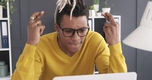 Усиленный бизнесмен получая плохую новость на ноутбуке видеоматериал