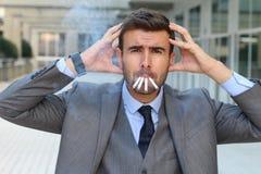 Усиленный вне заядлый курильщик в офисе стоковые изображения rf