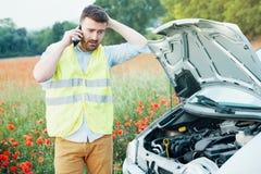 Усиленный водитель после нервного расстройства автомобиля вызывая обслуживание обочины стоковое фото rf