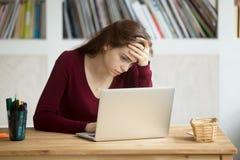 Усиленный женский работник разочарованный деловыми новостями стоковые фото