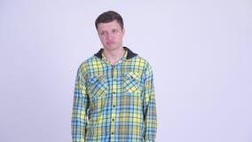 Усиленный молодой человек смотря пробуренный и уставший сток-видео