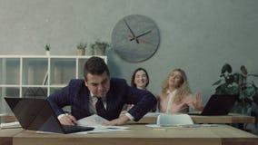 Усиленный мужской работник офиса имеет нервное расстройство акции видеоматериалы