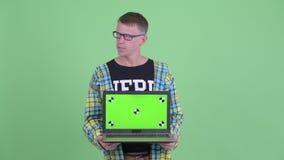 Усиленный ноутбук показа человека болвана и плохая новость получать акции видеоматериалы