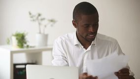 Усиленный сердитый африканский бизнесмен прекращает утомленное трудной работы multitasking видеоматериал