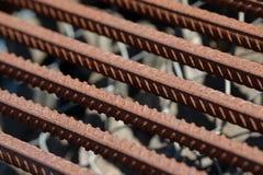 Усиливать предпосылку стального прута, арматура для конкретного строительства Armature металла Усиливать стальные пруты для строя стоковые фотографии rf