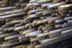 Усиливая бары в пакетах хранятся в складе металлических продуктов стоковое фото