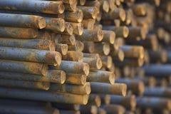 Усиливая бары в пакетах хранятся в складе металлических продуктов стоковые изображения