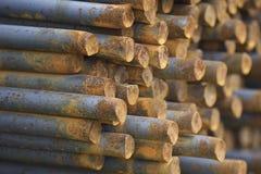 Усиливая бары в пакетах хранятся в складе металлических продуктов стоковое фото rf