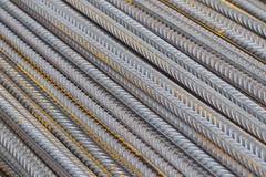 Усиливая бары с периодическим профилем в пакетах хранятся в складе металлических продуктов стоковые изображения