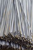 Усиливая бары с периодическим профилем в пакетах хранятся в складе металлических продуктов стоковые фото