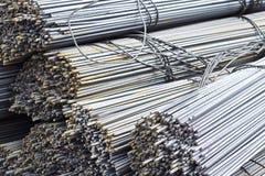 Усиливая бары с периодическим профилем в пакетах хранятся в складе металлических продуктов стоковая фотография