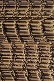 Усиливая бары с периодическим профилем в пакетах хранятся в складе металлических продуктов стоковое фото