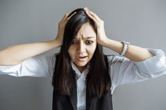 усилие женщина дела разочарованная Смешное изображение молодой кавказской азиатской коммерсантки Стоковое Изображение RF