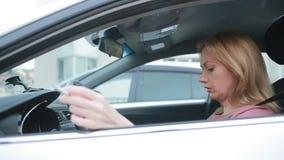 Усиленная женщина в сигарете и проверять автомобиля куря время обои вектора движения варенья автомобилей асфальта безшовные акции видеоматериалы