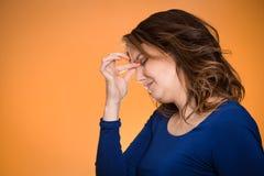Усиленная женщина домохозяйки постаретая серединой с головной болью Стоковые Изображения