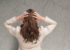 Усиленная женщина против треснутой каменной стены Стоковые Фото