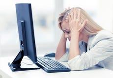 Усиленная женщина с компьютером Стоковое Изображение RF