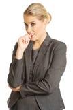 Усиленная молодая женщина сдерживая ее ногти Стоковые Изображения