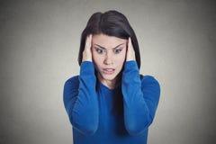 Усиленная унылая молодая домохозяйка, женщина имея мигрень, головную боль напряжения стоковое фото