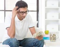 Усиленный индийский парень подсчитывая деньги Стоковая Фотография RF