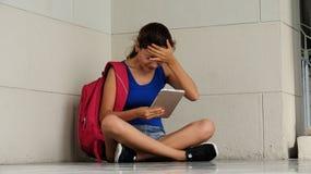 Усиленный или confused студент колледжа с таблеткой Стоковое Изображение RF