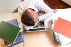 Усиленный и перегружанный спать бизнесмена Стоковые Фотографии RF