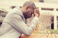 Усиленный молодой бизнесмен сидя вне корпоративного офиса Стоковое Изображение RF