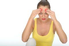 Усиленный несчастный Fed вверх по привлекательной молодой женщине с тягостной головной болью Стоковые Фотографии RF