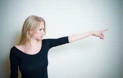 Усиленный сердитый молодой белокурый портрет женщины Стоковые Изображения