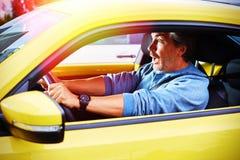 Усиленный человек водителя автомобиля имея аварию на дороге Стоковые Изображения