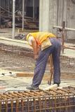 Усиливать ironworker работая на конкретной форма-опалубке 5 Стоковое Фото
