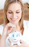 услаженная банком женщина сбережени дег piggy Стоковое Изображение